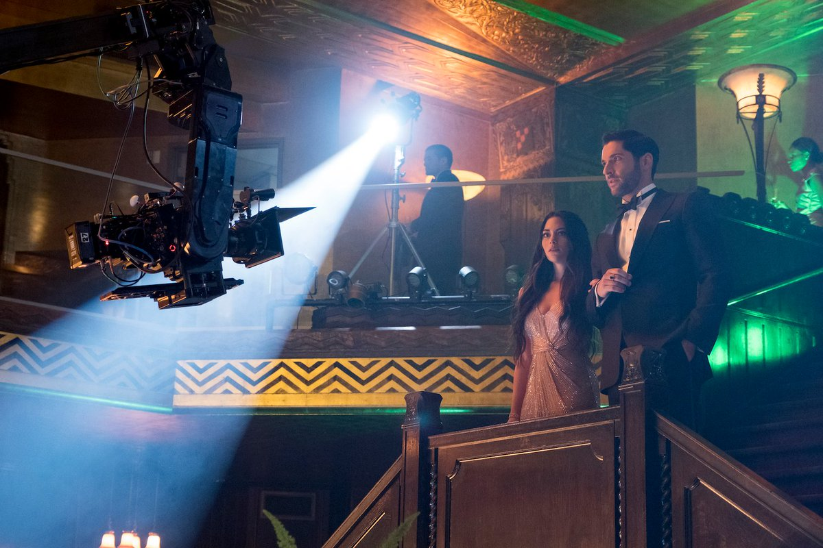 Eva (Inbar Lavi) y Lucifer Morningstar (Tom Ellis) en el set de Lucifer. Imagen: See What's Next Twitter (@seewhatsnext).