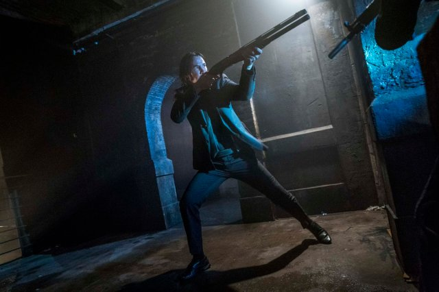John Wick (Keanu Reeves) no pierde la elegancia para enfrentarse a los enemigos en John Wick: Chapter 3 – Parabellum (2019). Imagen: John Wick Twitter (@JohnWickUK).
