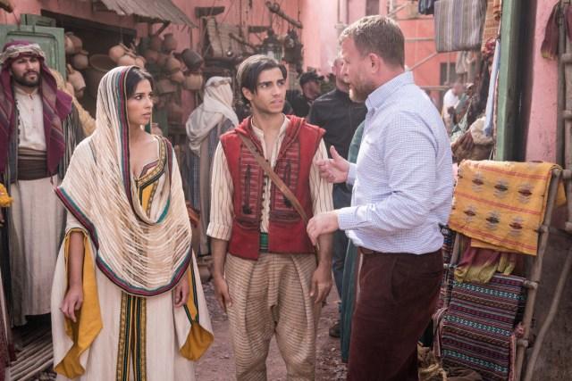 Naomi Scott, Mena Massoud y el director Guy Ritchie en el set de Aladdin (2019). Imagen: Daniel Smith/Closer Weekly.