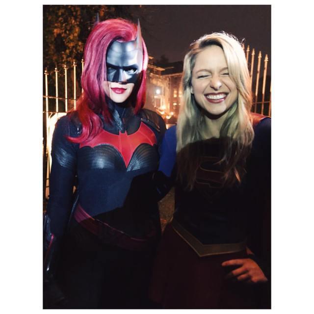 Ruby Rose como Batwoman y Melissa Benoist como Supergirl en el set de Elseworlds. Imagen: Melissa Benoist Instagram (@melissabenoist).