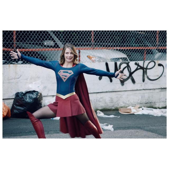 Supergirl (Melissa Benoist) protegiendo National City. Imagen: Melissa Benoist Instagram (@melissabenoist).