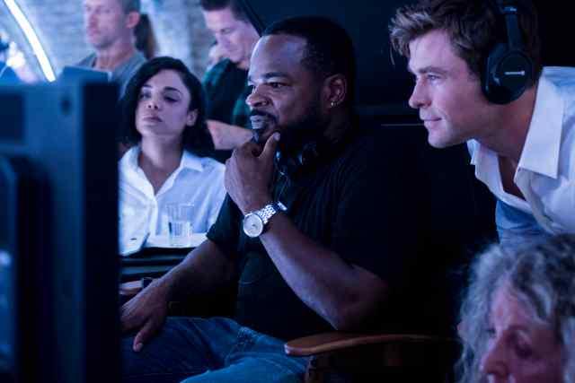 Tessa Thompson, el director F. Gary Gray y Chris Hemsworth en el set de Men in Black: International (2019). Imagen: ComicBookMovie.com
