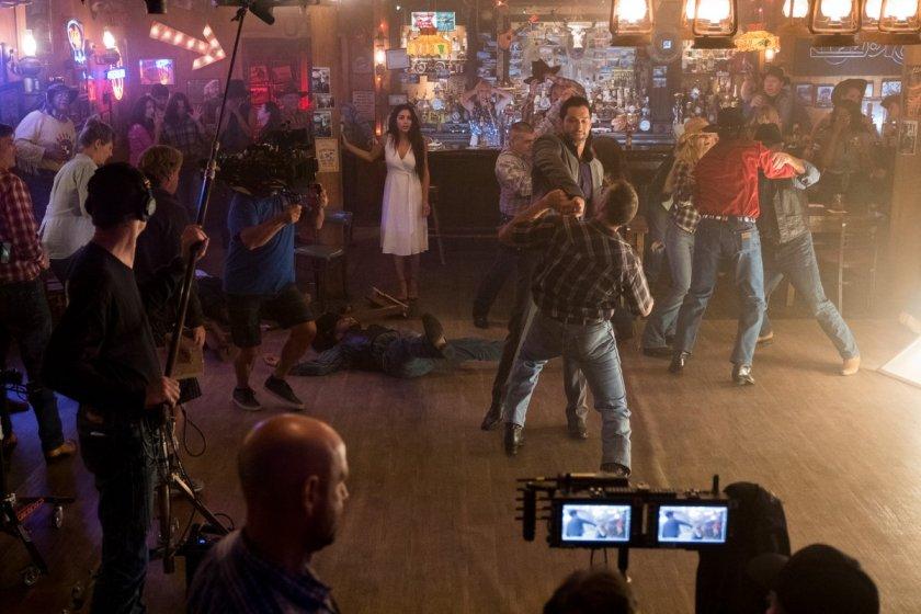Inbar Lavi como Eva y Tom Ellis como Lucifer Morningstar en el set de la temporada 4 de Lucifer. Imagen: Lucifer Twitter (@LuciferNetflix).