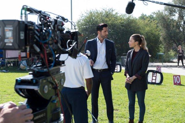 Tom Ellis como Lucifer Morningstar y Lauren German como la Detective Chloe Decker en el set de la temporada 4 de Lucifer. Imagen: Lucifer Twitter (@LuciferNetflix).
