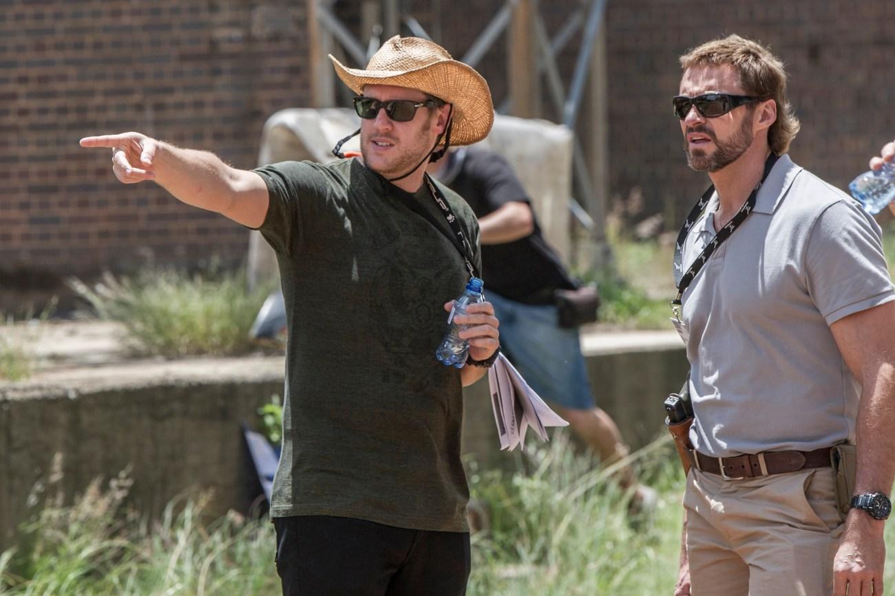 El director Neill Blomkamp y Hugh Jackman en el set de Chappie (2014). Imagen: Stephanie Blomkamp/Sony Pictures.
