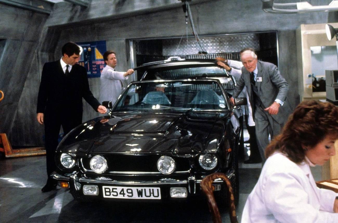 James Bond (Timothy Dalton), Q (Desmond Llewelyn) y el Aston Martin V8 en The Living Daylights (1987). Imagen: British GQ/Rex