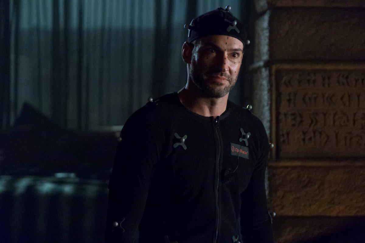 Tom Ellis como Lucifer Morningstar usando un traje de captura de movimiento en el set de Lucifer. Imagen: Lucifer Twitter (@LuciferNetflix).