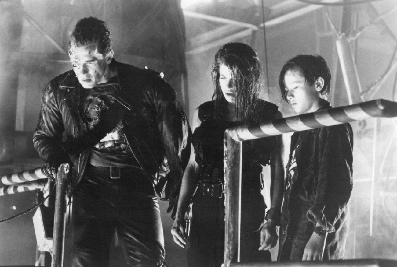 El T-800 (Arnold Schwarzenegger), Sarah Connor (Linda Hamilton) y John Connor (Edward Furlong) en Terminator 2: Judgment Day (1991). Imagen: kinmov.com