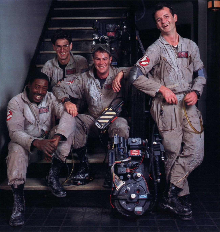 Ernie Hudson, Harold Ramis (1944-2014), Dan Aykroyd y Bill Murray en el set de Ghostbusters (1984). Imagen: rock-cafe.info