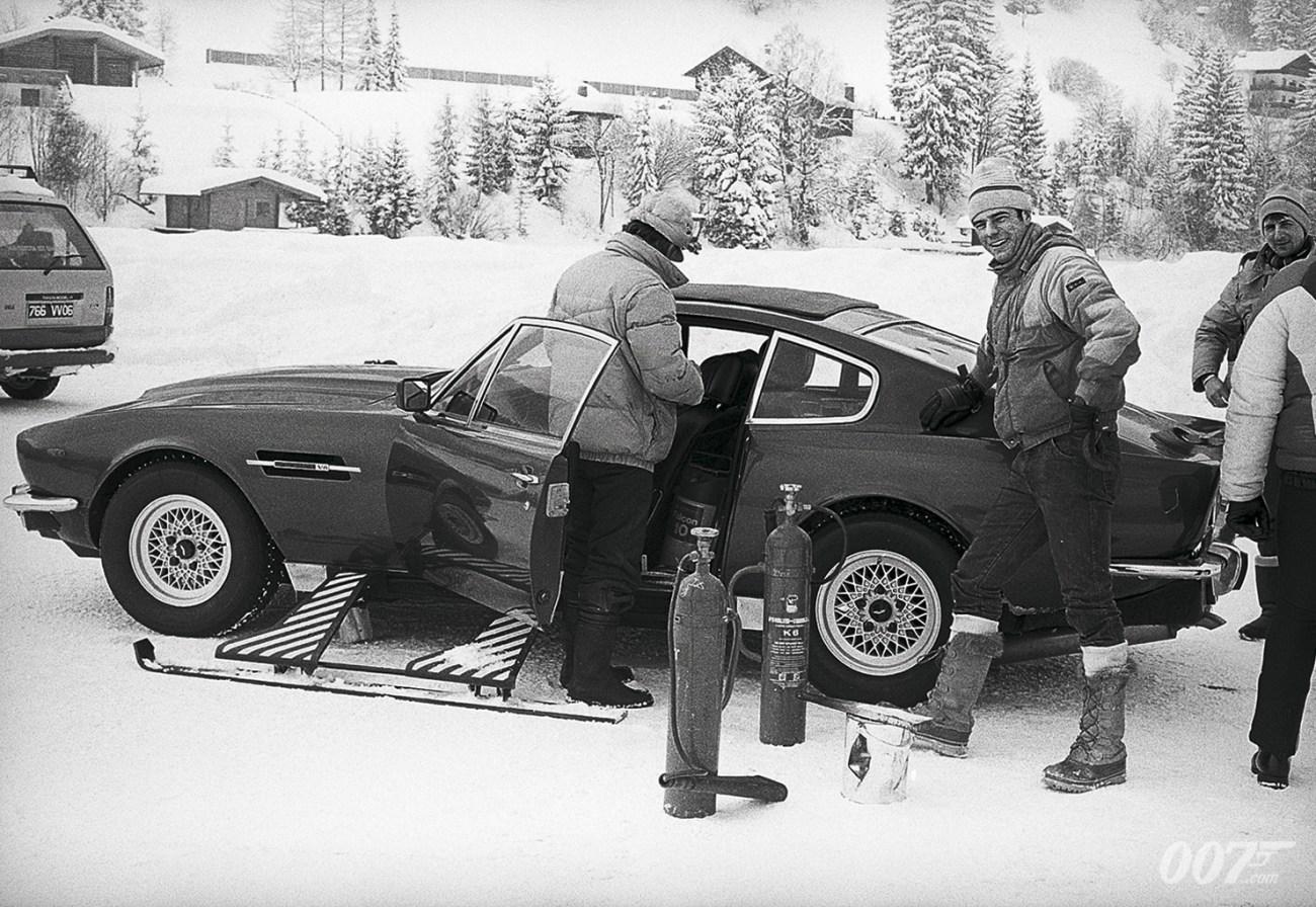 Preparando el Aston Martin V8 en el set de The Living Daylights (1987). Imagen: 007.com