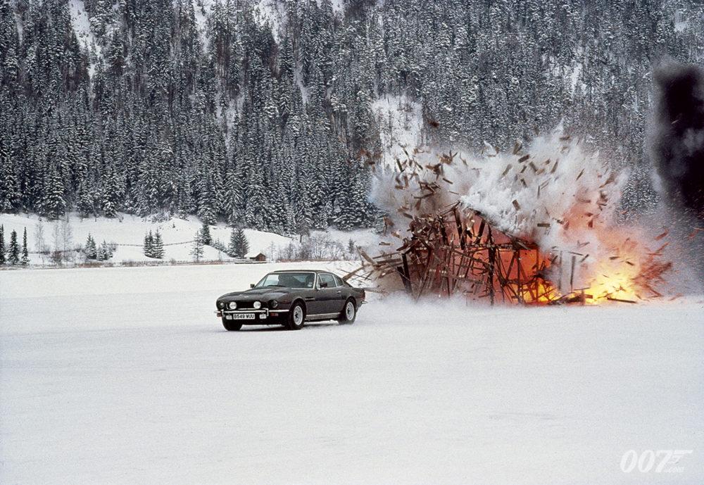 El Aston Martin V8 dando en el blanco en The Living Daylights (1987). Imagen: 007.com