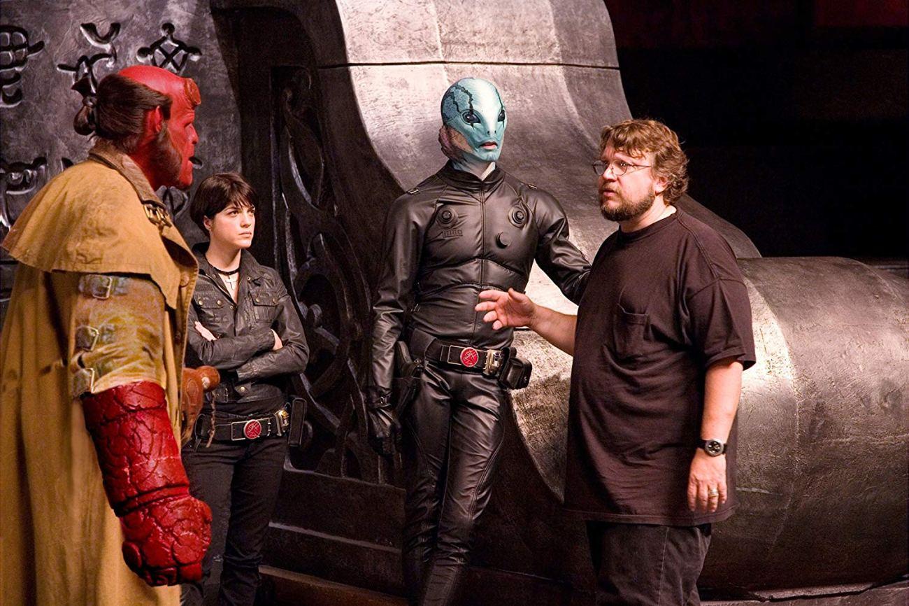 Ron Perlman como Hellboy, Selma Blair como Liz Sherman, Doug Jones como Abe Sapien y el director Guillermo del Toro en el set de Hellboy II: The Golden Army (2008). Imagen: Universal Studios