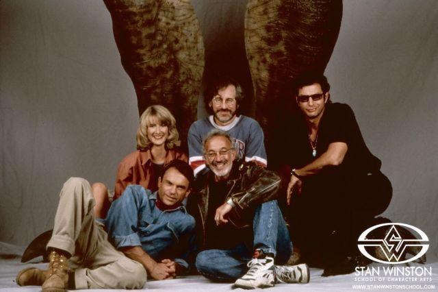 Laura Dern, el director Steven Spielberg, Jeff Goldblum, el artista de efectos especiales y maquillaje Stan Winston (1946-2008) y Sam Neill (Dr. Alan Grant) en Jurassic Park (1993). Imagen: pinterest.com