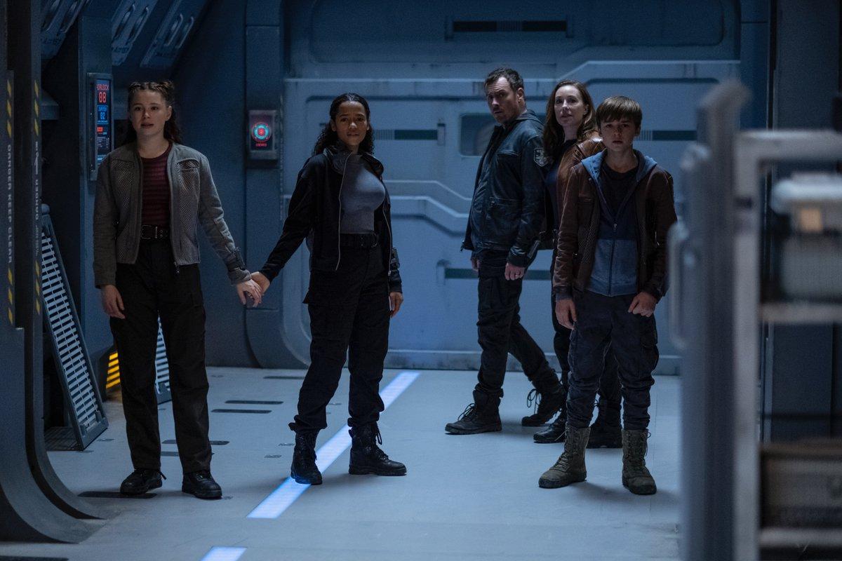 Los Robinson en la temporada 2 de Lost in Space. Imagen: Lost in Space Twitter (@lostinspacetv).