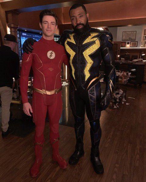 Grant Gustin como Flash y Cress Williams como Black Lighting en el set de Crisis on Infinite Earths. Imagen: Riley Cole Twitter (@DWFA2014).