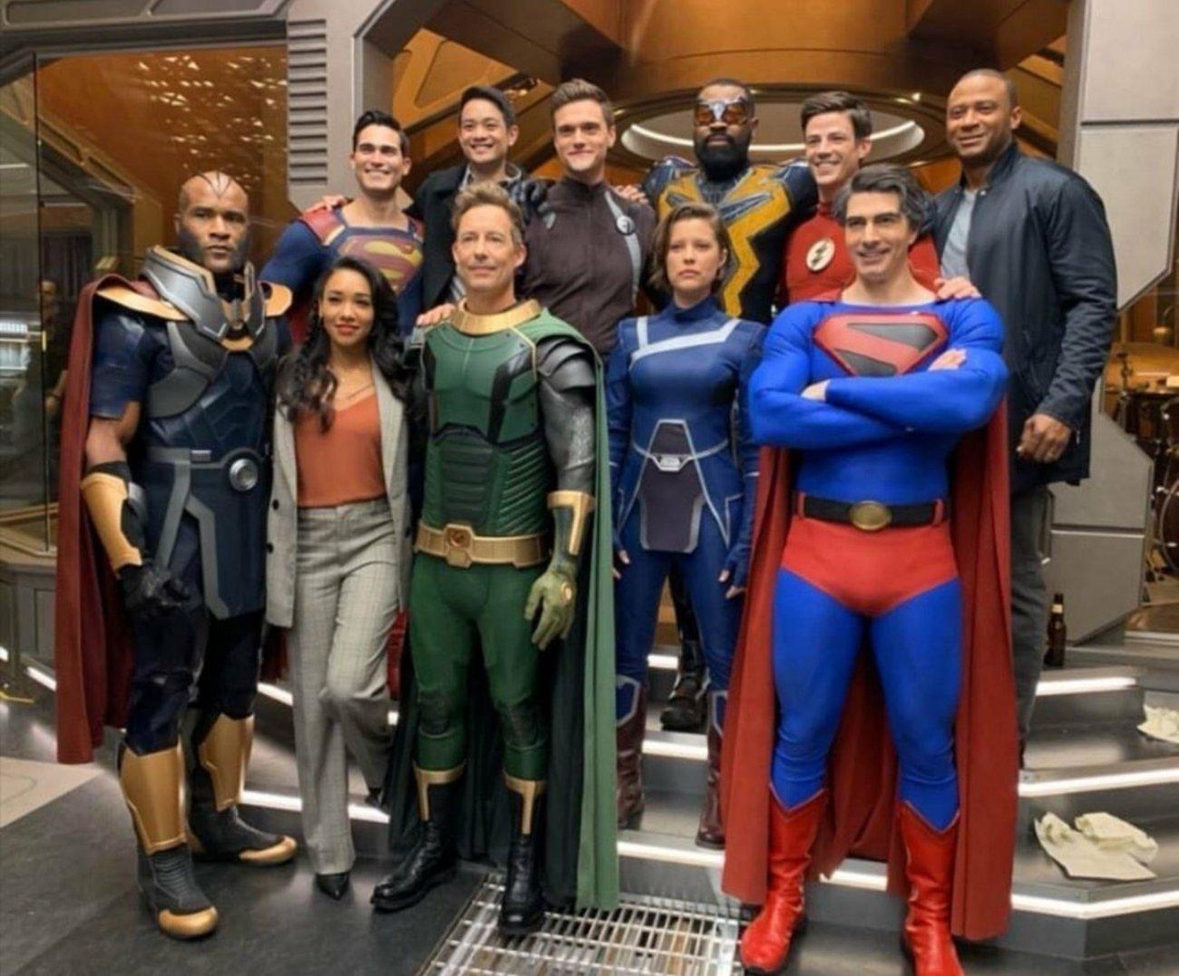 Tom Cavanagh como Pariah y otros miembros del elenco de Crisis on Infinite Earths. Imagen: Pagey Twitter (@Pagmyst).