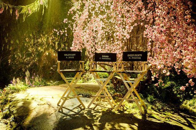 Las sillas de Angelina Jolie (Maléfica), Elle Fanning (Aurora) y Michelle Pfeiffer (Reina Ingrith) en el set de Maleficent: Mistress of Evil (2019). Imagen: IMDb.com