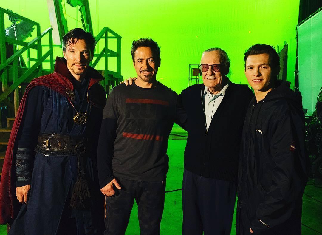 Benedict Cumberbatch como Dr. Strange, Robert Downey Jr. como Tony Stark, Stan Lee (1922-2018) y Tom Holland como Peter Parker en el set de Avengers: Infinity War (2018). Imagen: fanpop.com