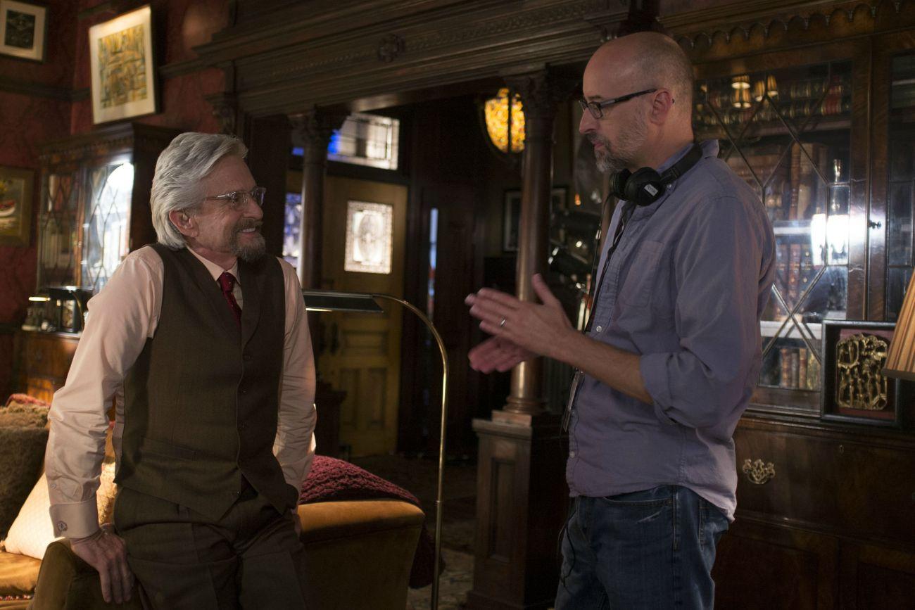 Michael Douglas como el Dr. Hank Pym y el director Peyton Reed en el set de Ant-Man (2015). Imagen: marvelcinematicuniverse.fandom.com