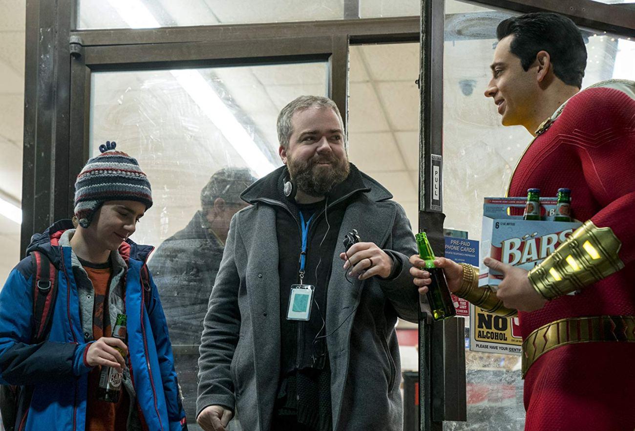 Jack Dylan Grazer como Freddy Freeman, el director David F. Sandberg y Zachary Levi como Shazam en el set de Shazam! (2019). Imagen: IMDb.com