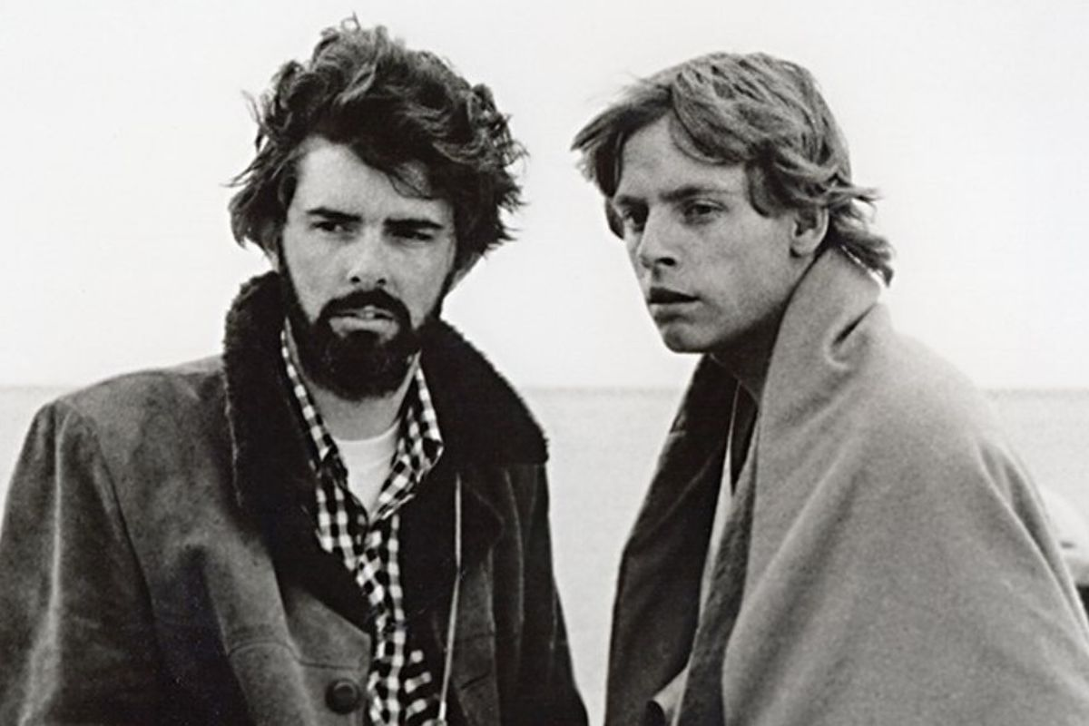 El director/guionista George Lucas y Mark Hamill en el set de Star Wars: Episode IV – A New Hope (1977). Imagen: Mark Hamill Twitter (@HamillHimself).