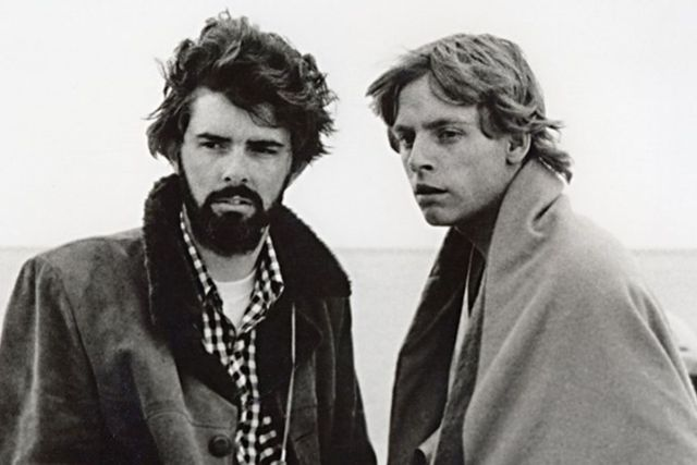 El director/guionista George Lucas y Mark Hamill en el set de Star Wars: Episode IV – A New Hope (1977). Imagen: Mark Hamill Twitter (@HamillHimself).