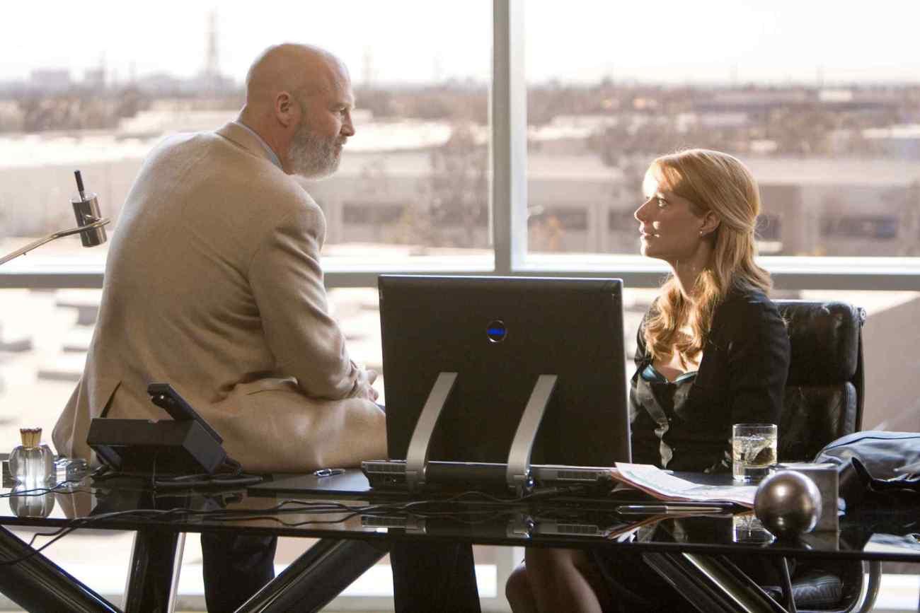 Obadiah Stane (Jeff Bridges) y Pepper Potts (Gwyneth Paltrow) en Iron Man (2008). Imagen: marvelcinematicuniverse.fandom.com