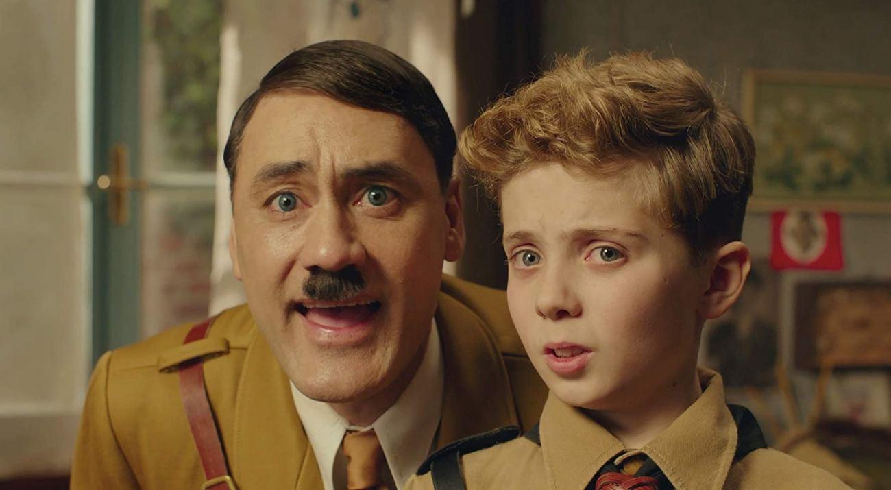 """Adolf Hitler (Taika Waititi) es el amigo imaginario de Johannes """"Jojo"""" Betzler (Roman Griffin Davis) en Jojo Rabbit (2019). Imagen: IMDb.com"""