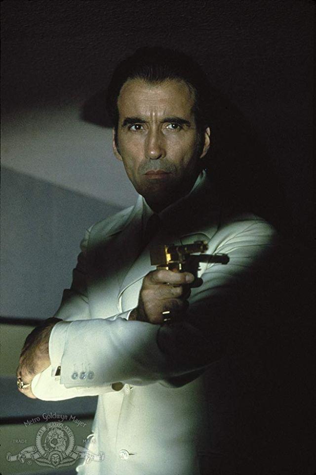 Christopher Lee (1922-2015) como el villano Francisco Scaramanga en The Man with the Golden Gun (1974). Según Buzz Bingo, el actor fue asesinado 60 veces en pantalla. Imagen: Metro-Goldwyn-Mayer Studios Inc.