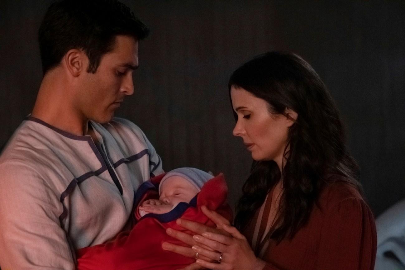 Clark Kent (Tyler Hoechlin), Lois Lane (Elizabeth Tulloch) y su hijo Jonathan en Crisis on Infinite Earths: Part One. Imagen: Katie Yu/The CW