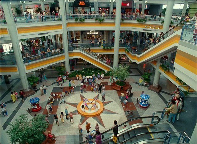 Un centro comercial de los años 80's en Wonder Woman 1984 (2020). Imagen: Batman-News.com
