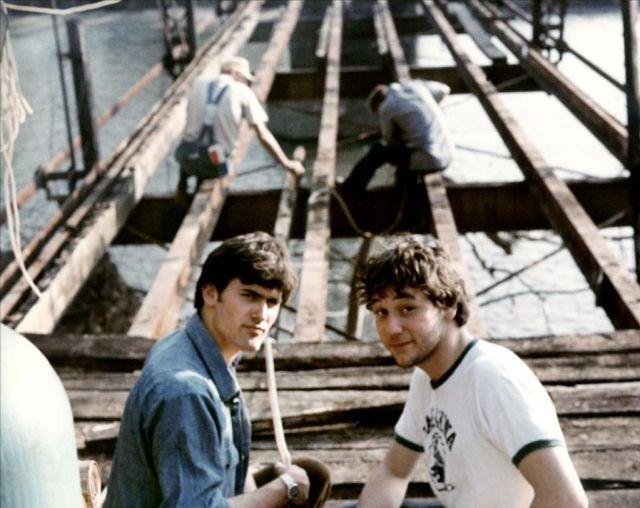 Bruce Campbell y el director Sam Raimi en el set de The Evil Dead (1981). Imagen: pinterest.com