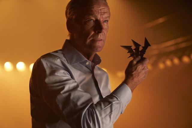 Bruce Wayne (Iain Glen) en el episodio 11 de la temporada 2 de Titans. Imagen: SpoilerTV