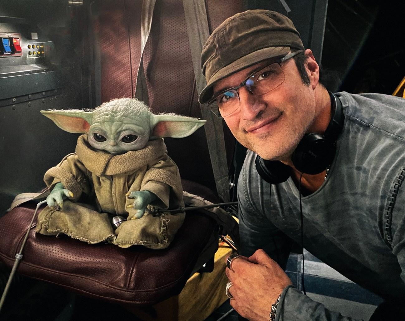 Baby Yoda y el director Robert Rodríguez en el set de The Mandalorian. Imagen: Robert Rodriguez Twitter (@Rodriguez).