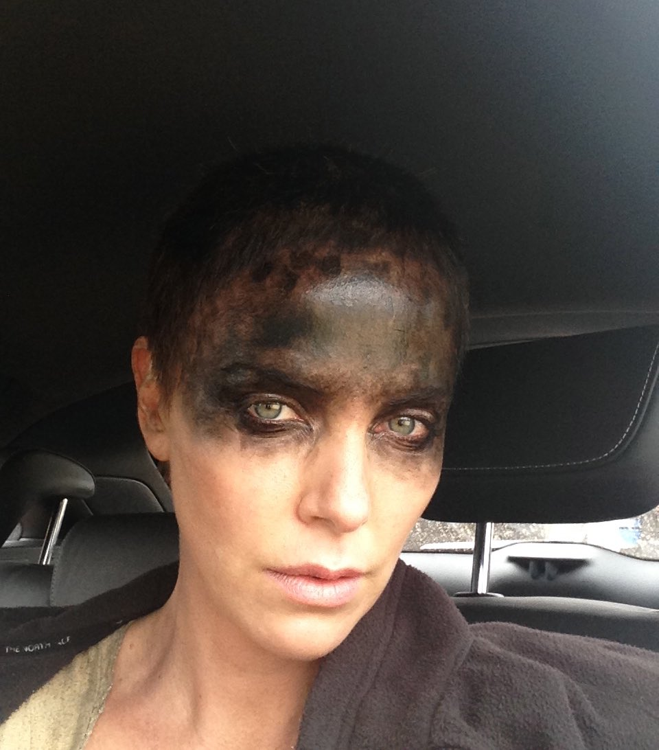 Charlize Theron como Imperator Furiosa en el set de Mad Max: Fury Road (2015). Imagen: Charlize Theron Twitter (@CharlizeAfrica).