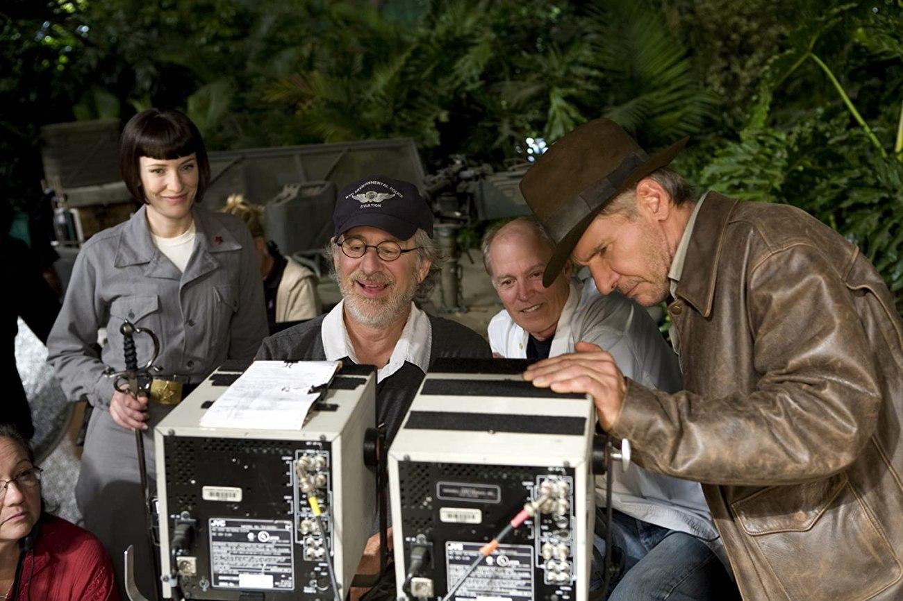 """Cate Blanchett como la Coronel Dra. Irina Spalko, el director Steven Spielberg, el productor Frank Marshall y Harrison Ford como el Dr. Henry Walton """"Indiana"""" Jones Jr. en el set de Indiana Jones and the Kingdom of the Crystal Skull (2008). Imagen: IMDb.com"""