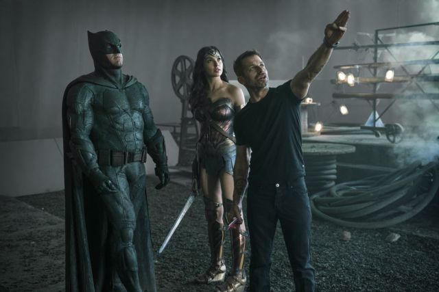 Ben Affleck como Batman, Gal Gadot como Wonder Woman y el director Zack Snyder en el set de Justice League (2017). Imagen: IMDb.com