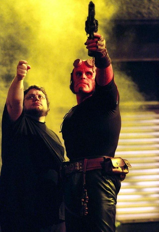 El director Guillermo del Toro y Ron Perlman como Hellboy en el set de Hellboy (2004). Imagen: pinterest.com