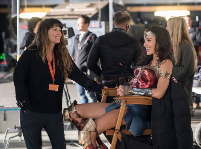 La directora Patty Jenkins y Gal Gadot como Wonder Woman en el set de Wonder Woman 1984 (2020). Imagen: Patty Jenkins Twitter (@PattyJenks).