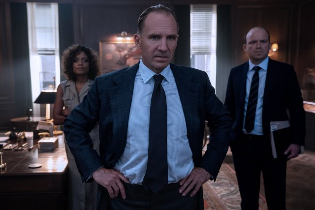 Eve Moneypenny (Naomie Harris), M (Ralph Fiennes) y Bill Tanner (Rory Kinnear) en No Time to Die (2020). Imagen: James Bond Twitter (@007).