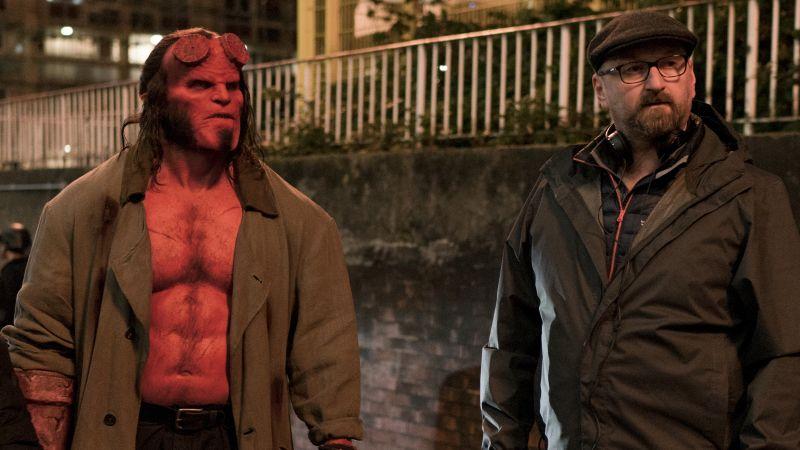 David Harbour como Hellboy y el director Neil Marshall en el set de Hellboy (2019). Imagen: Mark Rogers