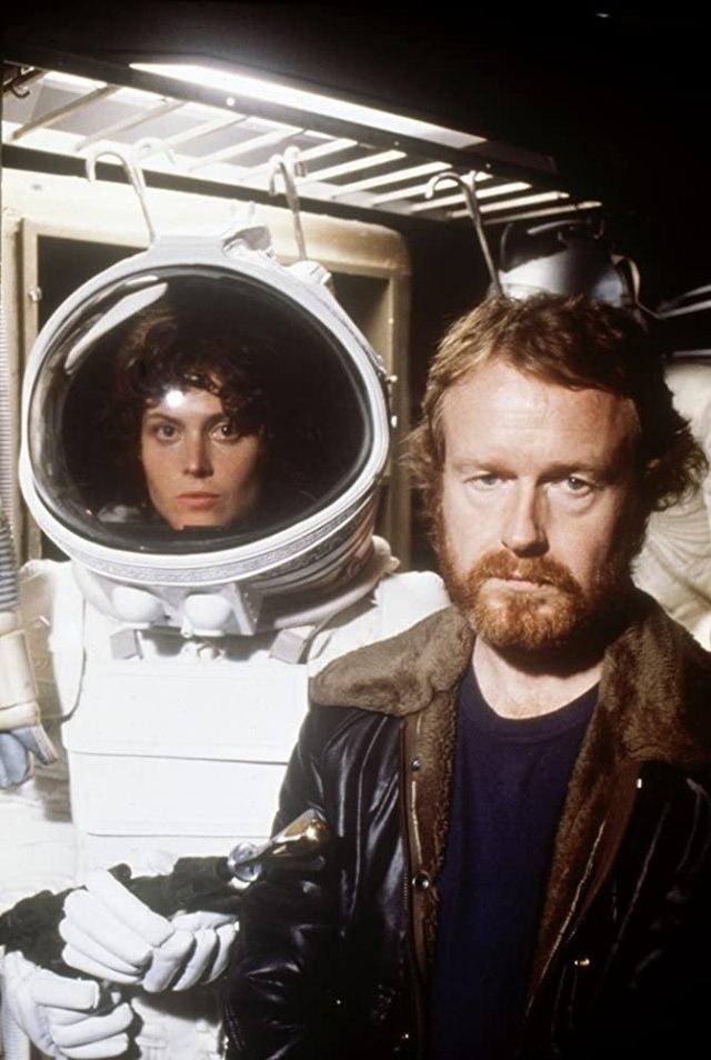 Sigourney Weaver como la Teniente Ellen Ripley y el director Ridley Scott en el set de Alien (1979). Imagen: IMDb.com