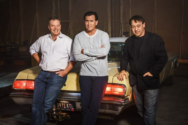 El productor Robert G. Tapert, Bruce Campbell y el director Sam Raimi en el set de Ash vs. Evil Dead (2015-2018). Imagen: IMDb.com