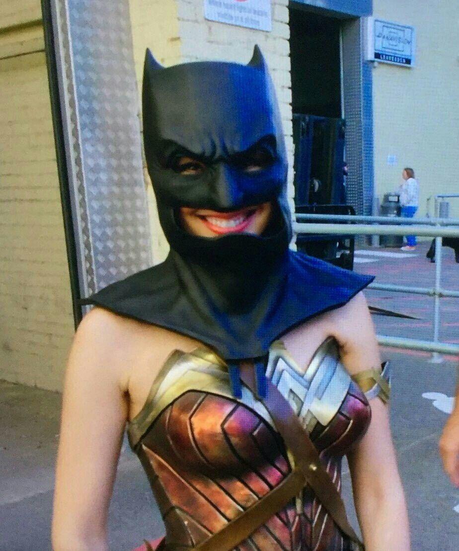 Gal Gadot como Wonder Woman en el set de Justice League (2017). Imagen: DC Cinematic Reddit