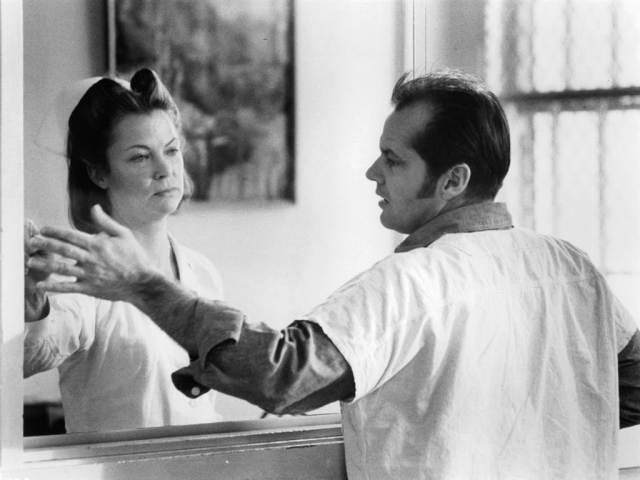 "Louise Fletcher como la Enfermera Mildred Ratched y Jack Nicholson como Randle Patrick ""R.P."" McMurphy en One Flew Over the Cuckoo's Nest (1975). Imagen: Getty Images"