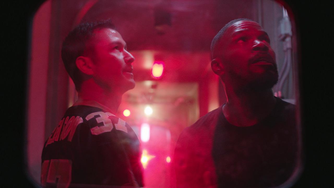 Frank (Joseph Gordon-Levitt) y Art (Jamie Foxx) en Project Power (2020). Imagen: What's on Netflix Twitter (@whatonnetflix).