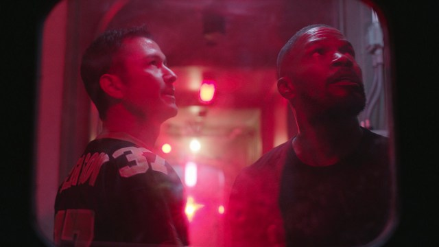 Frank (Joseph Gordon-Levitt) y Art (Jamie Foxx) en Project Power (2020). Imagen: What's on Netflix Twitter (@whatonnetflix).