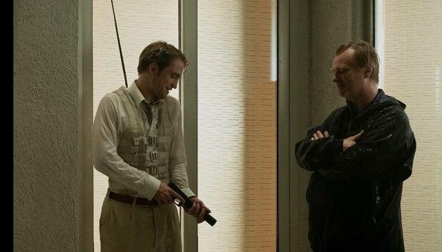 Robert Pattinson y el director Christopher Nolan en el set de Tenet (2020). Imagen: Warner Bros. Pictures