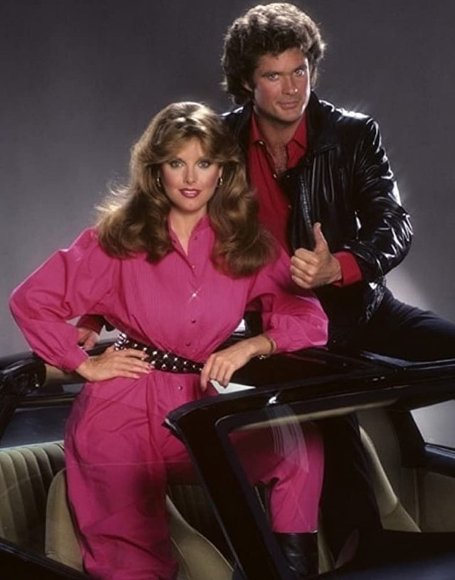 Michael Knight (David Hasselhoff),  April Curtis (Rebecca Holden) y K.I.T.T. (voz de William Daniels) en la temporada 2 de Knight Rider (1982-1986). Imagen: IMDb.com