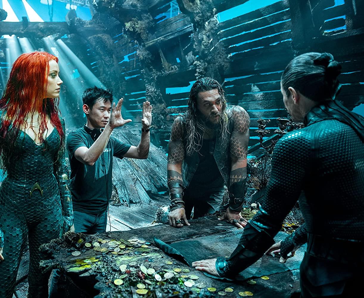 Amber Heard como Mera, el director James Wan, Jason Momoa como Arthur Curry/Orin/Aquaman y Willem Dafoe como Nuidis Vulko en el set de Aquaman (2018). Imagen: Warner Bros. Entertainment
